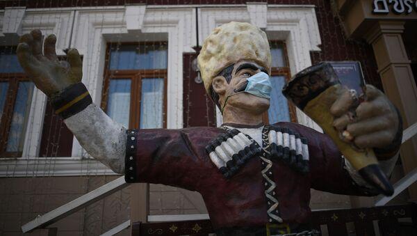 Скульптура в защитной маске у входа в ресторан ДжонДжоли - Sputnik Грузия