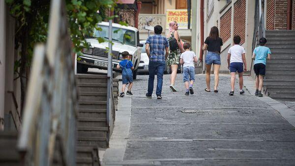 Многодетная семья гуляет по городу с детьми - Sputnik Грузия