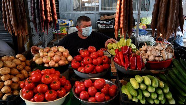 Торговцы и покупатели в медицинских масках на одном из продуктово-овощных рынков - Sputnik Грузия