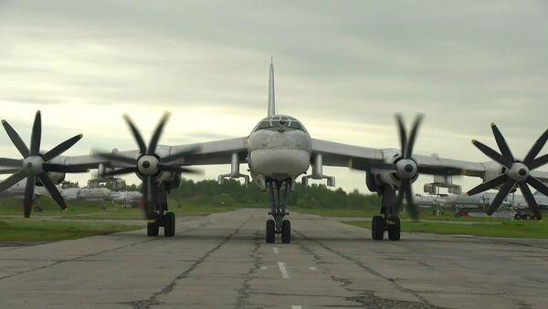 Как истребители ВВС США сопровождали российские ТУ-95МС в Тихом океане - видео - Sputnik Грузия
