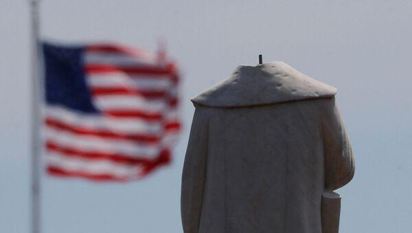 Протестующие обезглавили монумент первооткрывателя Америки Христофора Колумба в Бостоне - Sputnik Грузия