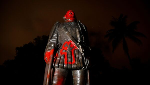 ვანდალების მიერ დაზიანებული კოლუმბის ძეგლი  - Sputnik საქართველო
