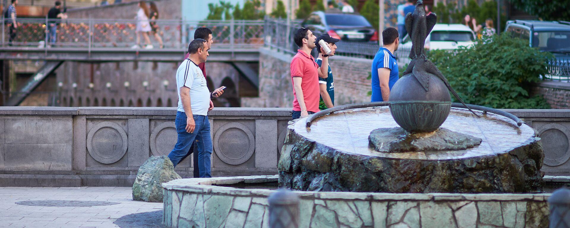 Жители города и туристы гуляют по району Абанотубани у памятника соколу и фазану - Sputnik Грузия, 1920, 19.06.2020