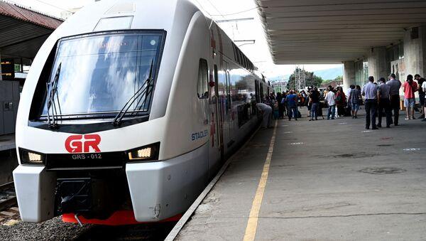 Железнодорожное сообщение на фоне пандемии коронавируса. Проверка пассажиров. Все в медицинских масках - Sputnik Грузия