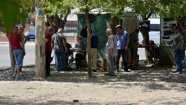 Мужчины обсуждают текущую ситуацию в стране - Sputnik Грузия