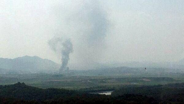 Дым над промышленным комплексом в городе Кэсон, КНДР - Sputnik Грузия