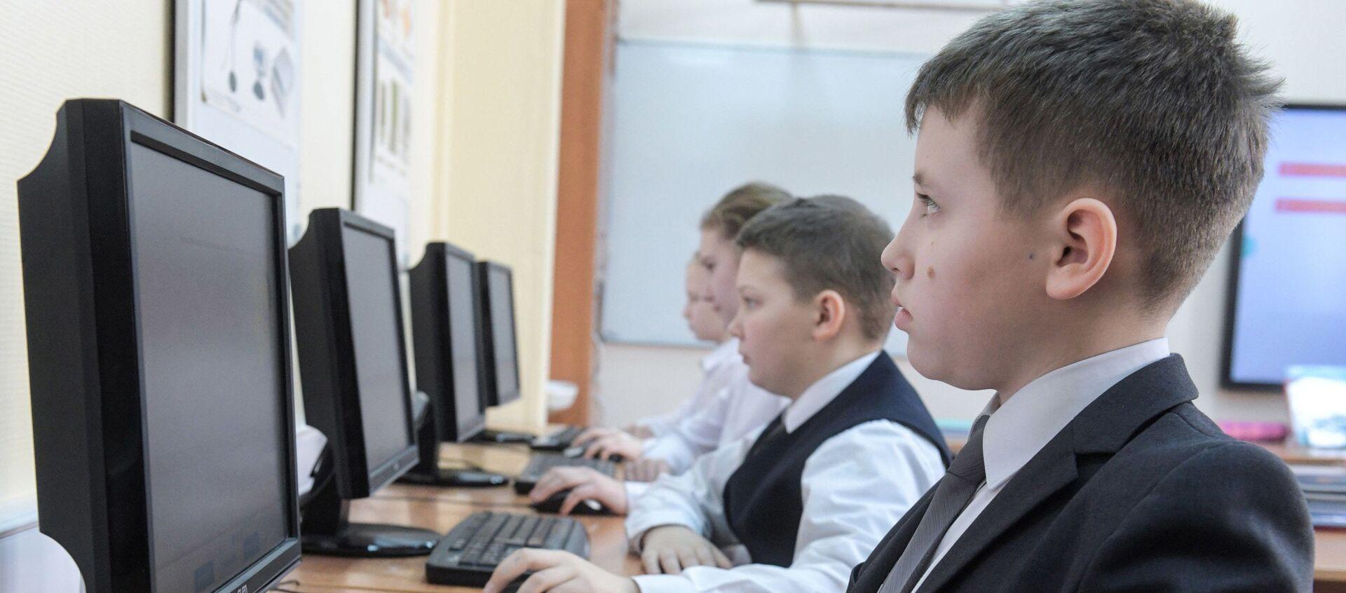 Ученики на уроке информатики - Sputnik Грузия, 1920, 12.01.2021