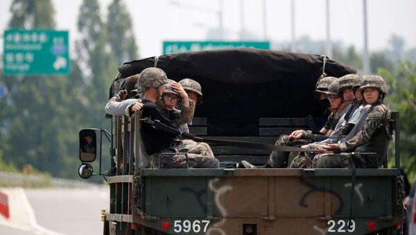 Южнокорейские солдаты пеемещаются в военном грузовике - Sputnik Грузия