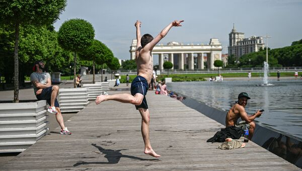 Отдыхающие в Парке Горького в Москве - Sputnik Грузия