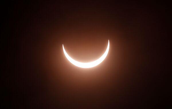 Кольцевое затмение происходит, когда Луна находится дальше всего от Земли на своей орбите  - Sputnik Грузия