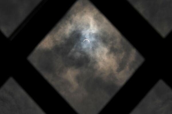 Частичное солнечное затмение в Нью-Дели - Sputnik Грузия