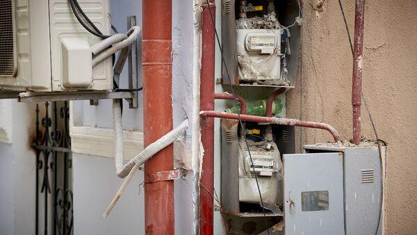 Газовые счетчики на улице у жилого дома. Городское газоснабжение - Sputnik Грузия