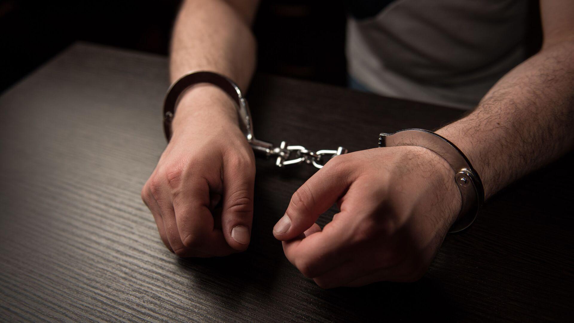 Руки в наручниках. Задержание преступника - Sputnik Грузия, 1920, 28.09.2021