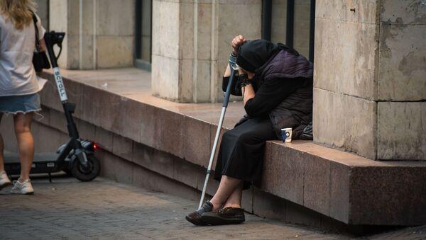 Пожилая женщина просит милостыню на улице - Sputnik Грузия