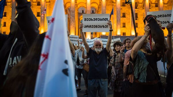 Митинг оппозиции перед зданием парламента. Мужчина держит плакат Встретимся на выборах! - Sputnik Грузия