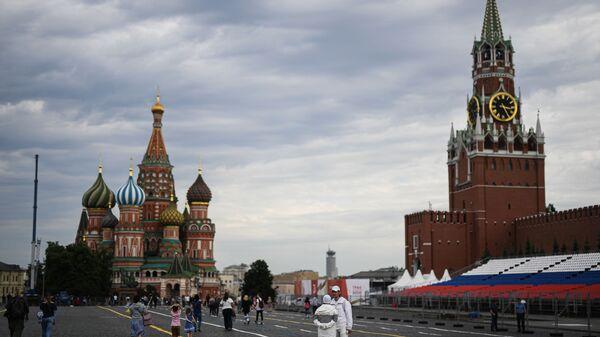 Люди на Красной площади в Москве во время подготовки к параду Победы - Sputnik Грузия