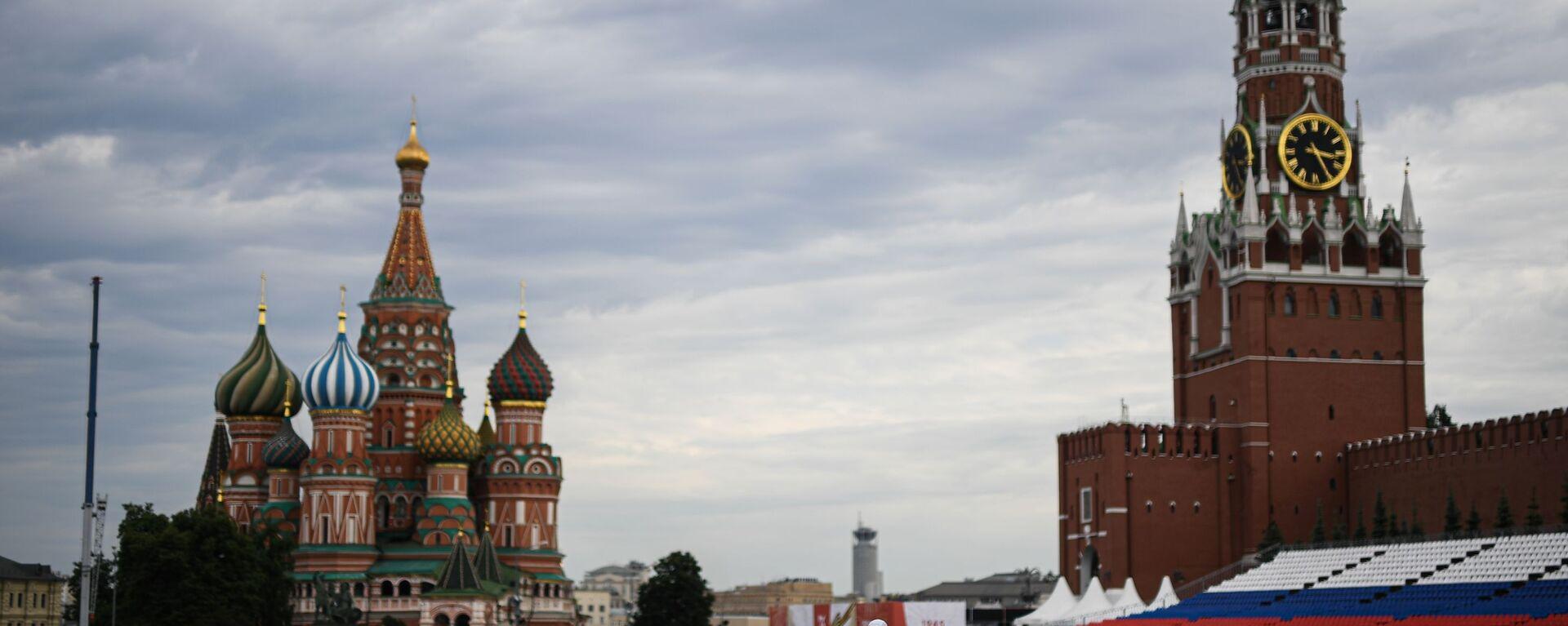 Люди на Красной площади в Москве во время подготовки к параду Победы - Sputnik Грузия, 1920, 12.11.2020
