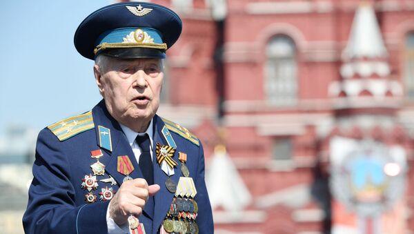 Ветеран перед началом военного парада Победы на Красной площади - Sputnik Грузия