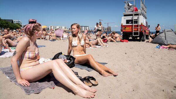 Девушки загорают на пляже недалеко от Копенгагена, Дания - Sputnik Грузия