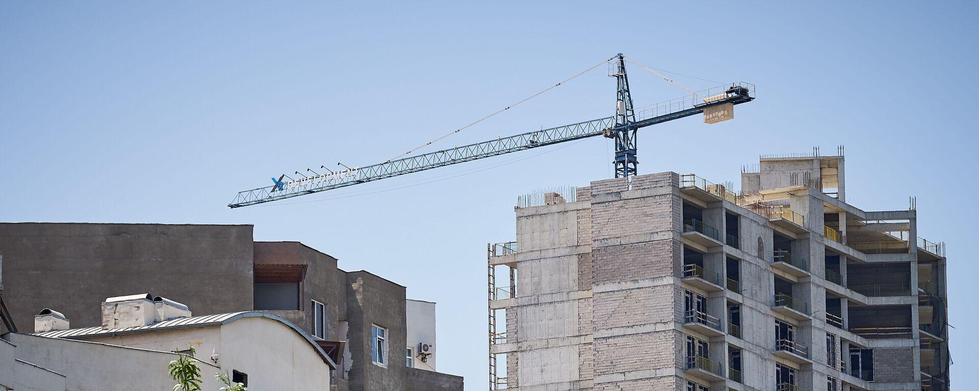Строительство нового жилого дома в столице Грузии. Подъемный кран на стройке - Sputnik Грузия, 1920, 09.08.2021