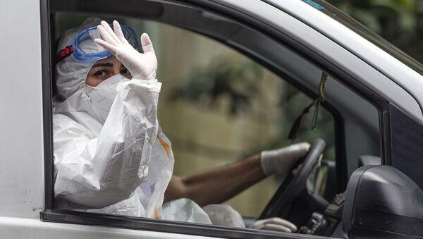 Медицинский работник в маске в автомобиле скорой помощи в Баку - Sputnik Грузия
