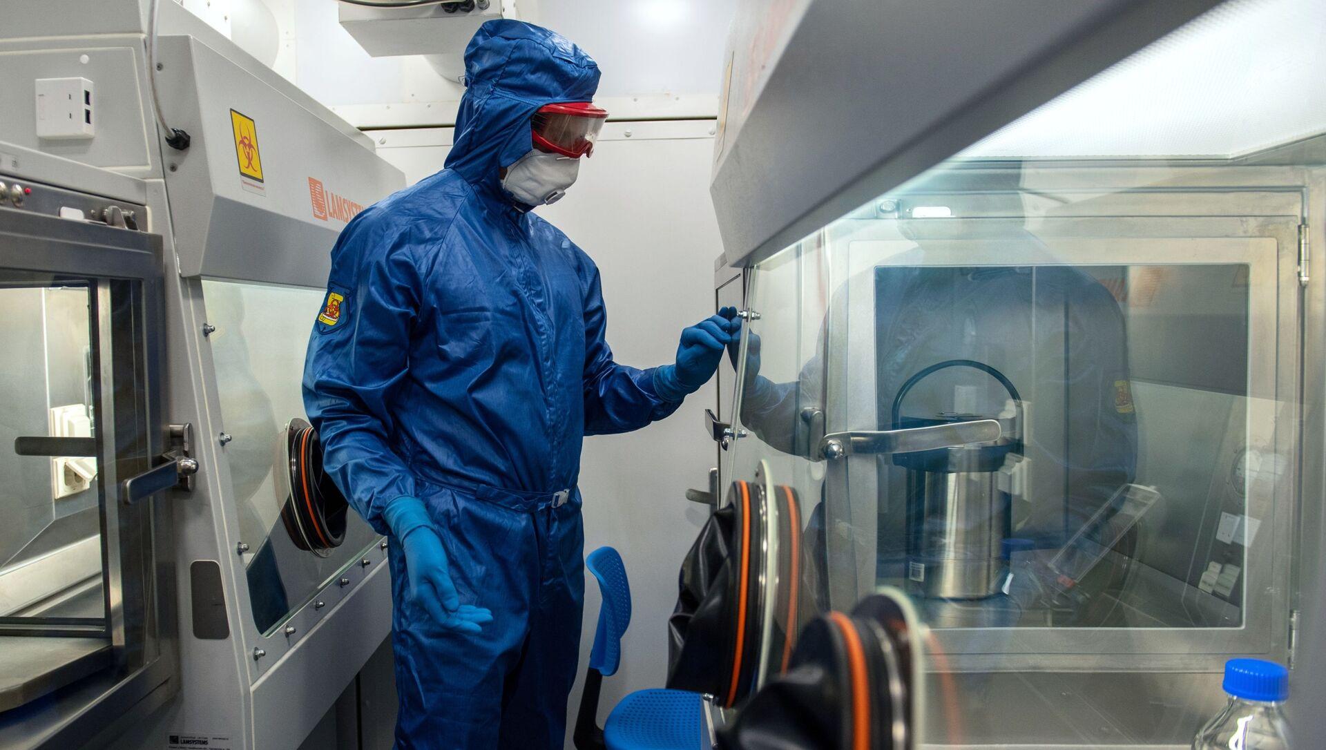 Специалист работает в российской мобильной лаборатории для диагностики COVID-19 в Ереване - Sputnik Грузия, 1920, 26.03.2021