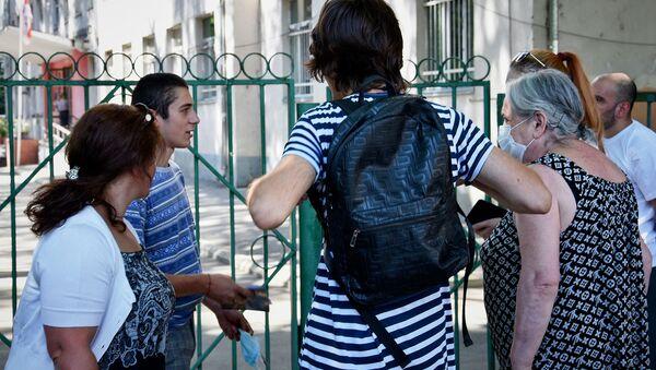 Национальный центр экзаменов. Абитуриенты и их родители в очереди - Sputnik Грузия