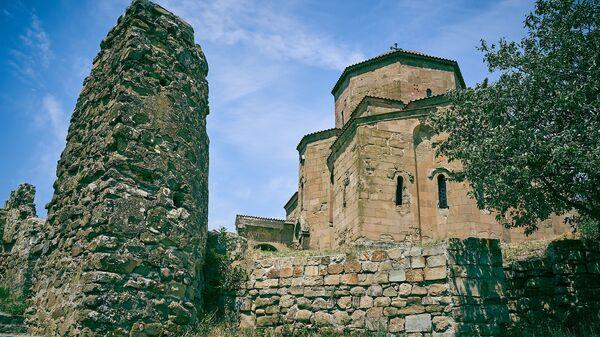 Руины башни и крепостной стены у монастыря Джвари - Sputnik Грузия